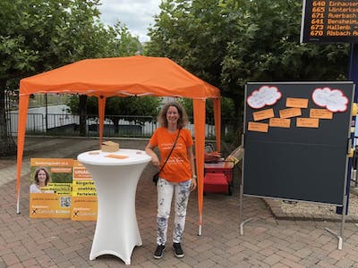 Gabriele Ermen an ihrem Infostand am Bahnhof Bensheim